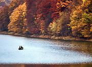 Jesień w Bieszczadach w okolicy Soliny - wędkarze na zalewie.