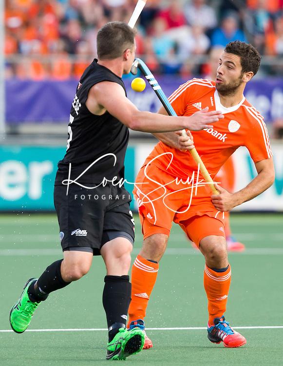 DEN HAAG - Valentin Verga (r) in duel met de Nieuwzeelander Shee McAleesetijdens de laatste poulewedstrijd tussen de mannen van  Nederland en Nieuw-Zeeland om de World Cup Hockey 2014. ANP KOEN SUYK
