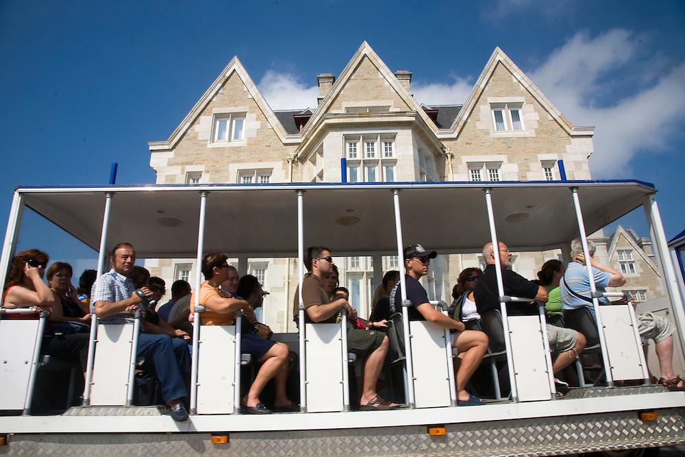 04/Agosto/2008 Santander<br /> Tren turistico El Magdaleno con el Palacio de la Magdalena a fondo / JOAN COSTA