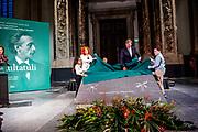 Koning Willem Alexander onthult gedenksteen voor Multatuli - Eduard Douwes Dekker, in de Nieuwe kerk, Amsterdam als onderdeel het Multatuli-jaar<br /> <br /> op de foto: Elsbeth Etty, koning Willem-Alexander