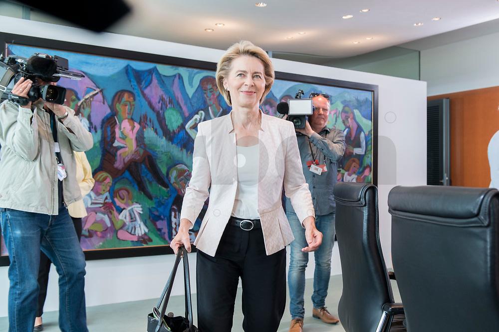 03 JUL 2019, BERLIN/GERMANY:<br /> Ursula von der Leyen, CDU, Budnesverteidigungsministerin, auf dem Weg zu ihrem Platz,  vor Beginn der Kabinettsitzung, Bundeskanzleramt<br /> IMAGE: 20190703-01-006<br /> KEYWORDS: Kabinett, Sitzung