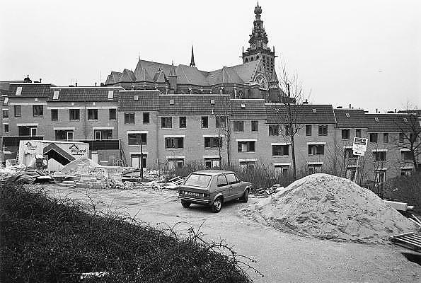 Nederland, Nijmegen, 10-12-1981Herbouw van de benedenstad.In de loop van de 20e eeuw is de kwaliteit van bebouwing in nijmeegse benedenstad zodanig achteruitgegaan dat er grote lege plekken waren ontstaan door gesloopte of ingestorte gebouwen en woningen. Zo stonden langs de Waal in de stad een gasfabriek en electriciteitscentrale. Eind 70er jaren werd besloten dit hele gebied te herbouwen volgens het oude stratenpatroon. Onder druk van de woningnood werden het vooral sociale huurwoningen. Begin jaren 80 is dit voltooid en heeft Nijmegen haar gezicht weer naar de rivier gekeerd. Door het middeleeuwse stratenpatroon en het hoogteverschil is de Benedenstad sinds 1975 een van rijkswege beschermd stadsgezicht.Foto: Flip Franssen/Hollandse Hoogte
