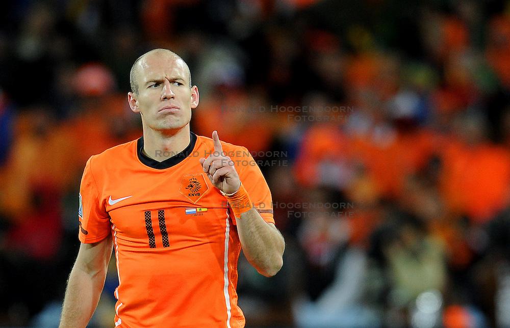 11-07-2010 VOETBAL: FIFA WK FINALE NEDERLAND - SPANJE: JOHANNESBURG<br /> Arjen Robben mit erhobenen Finger und finsterer Mine<br /> EXPA Pictures © 2010 EXPA/ InsideFoto/ Perottino - ©2010-WWW.FOTOHOOGENDOORN.NL<br /> *** ATTENTION *** FOR NETHERLANDS USE ONLY!
