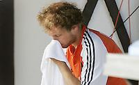 NLD-20050829-Leipzig-EK HOCKEY Nederland-Polen (2-1). Teun de Nooijer voelde zich voor aanvang van de wedstrijd te ziek om te spelen. Later was hij goed genoeg om toch in het veld te komen. Ook Jesse Mahieu is ziek. zie verhaal sport.