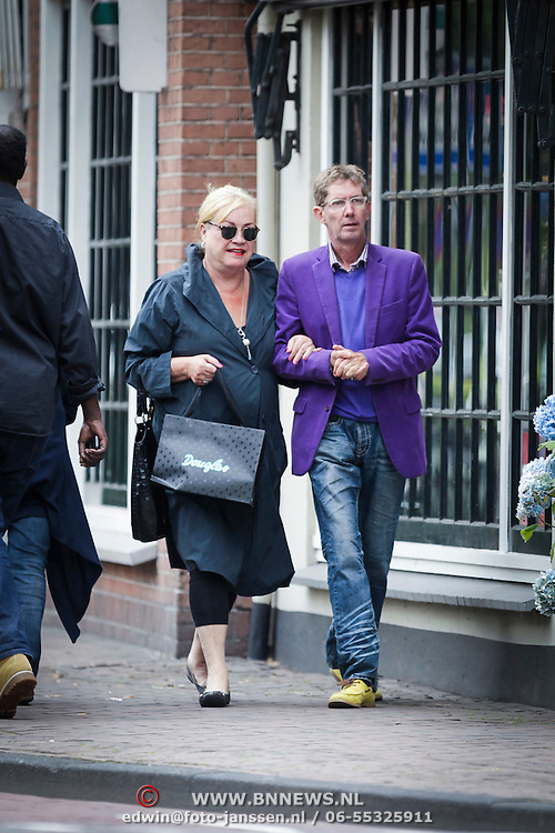 NLD/Laren/20120731 - Viola Holt en partner Peter winkelend in Laren,