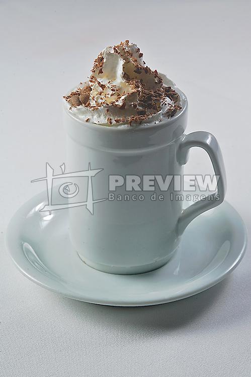 Cappucino é uma bebida italiana preparada com espresso e leite. Um cappucino clássico consiste em 1/3 de espresso, 1/3 de leite vaporizado e 1/3 de espuma de leite vaporizado. Variações populares do cappucino como o café latte e o macchiato consistem basicamente na alteração destas proporções. O uso de chocolate em pó no cappucino é uma prática comum no Brasil, mas não faz parte da receita tradicional. FOTO: Jefferson Bernardes/Preview.com