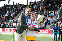 AMSTELVEEN -  KNHB voorzitter Erik Cornelissen met Marloes Keetels (Den Bosch)  na  de finale van de play-offs om de landtitel in het Wagenerstadion, tussen Amsterdam en Den Bosch (1-4).  COPYRIGHT KOEN SUYK