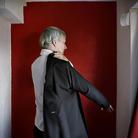 Nederland, Bodegraven , 28 juli 2010..Vrijmetselaar Ria Peerdeman met een steen in haar hand  als symbool voor vrijmetselarij .Freemason Ria Peerdeman.