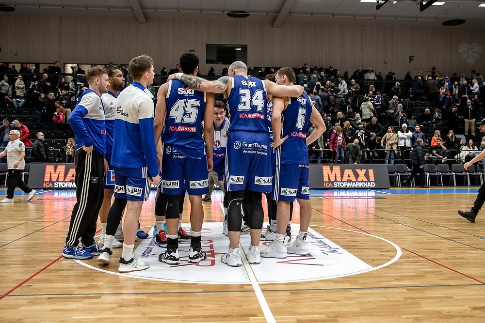 ÖSTERSUND 20200310<br /> Spelarna samlas på mittplan efter tisdagens match i basketligan mellan Jämtland Basket och Södertälje Basket i Östersunds Sporthall.<br /> <br /> Foto: Per Danielsson/Projekt.P
