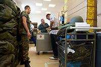 01 JUN 2010, BERLIN/GERMANY:<br /> Ein Wehrpflichtige probiert am ersten Tag nach seiner Einberufung zur Bundeswehr einen Guertel an, Wachbataillon der Bundeswehr, Jukius-Leber-Kaserne<br /> IMAGE: 20100701-01-013<br /> KEYWORDS: Wehrpflicht, Soldaten, Soldat, Bundeswehr