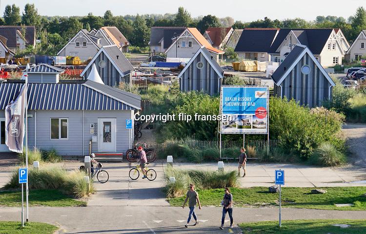 Nederland, zeeuws vlaanderen, nieuwvliet, 10-9-2019 Langs de kust vlak aan de dijk, zeedijk, ligt het nieuwe beachresort Nieuwvliet Bad . Het is een vakantiedorp, met vakantiehuisjes .Beach resort Nieuwvliet-bad . Foto: Flip Franssen