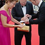 NLD/Hilversum/20080602 - Musical Award Gala 2008, Joop van der Ende en partner Janine Klijburg met bloed aan haar arm