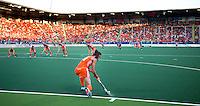 DEN HAAG - Naomi van As geeft de bal aan in een vol stadion. Rabobank World Cup Hockey 2014 . Nederland wint de halve finale van Argentinie (4-0).  ANP KOEN SUYK
