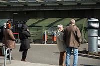 Bialystok, 25.03.2020. Zolnierze Wojsk Obrony Terytorialnej ( WOT ) pomagaja we wstepnej kwalifikacji pacjentow w Bialostockim Centrum Onkologii ( BOC ) N/z kolejka pacjentow do namiotu, gdzie odbywa sie wstepna kwalifikacja fot Michal Kosc / AGENCJA WSCHOD