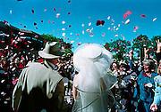 Nederland, juni 2000Vreugde bij het verlaten van het gemeentehuis van een bruidspaar. Huwlijk, trouwen,traditieFoto: Flip Franssen/Hollandse Hoogte