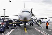 Ierland, Ireland, Dublin, 21-3-2018 Een vliegtuig, boeing 737-800, wordt bijgetankt op het platform van het vliegveld van Dublin . Foto: Flip Franssen