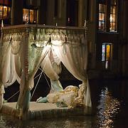 In de periode van 6-12-2013 tot en met 19-01-2014 toont het Amsterdam Light Festival een collectie werken van nationale en internationale kunstenaars, die zich bezig hebben gehouden met het thema Building with Light. Op de foto het kunstwerk Pas Encore Mon Histoire in het water en nabij de Oudezijds Kolk.