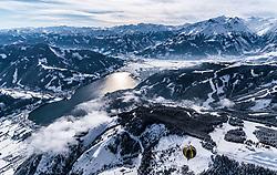 THEMENBILD - der Zeller See mit Zell am See, Thumersbach und Schüttdorf mit dem umliegenden Bergen und einem Heissluftballon, aufgenommen am 5. Feber 2018 in Zell am See - Kaprun, Österreich // the Zeller See with Zell am See, Thumersbach and Schüttdorf with the surrounding mountains and a hot-air balloon, Zell am See Kaprun, Austria on 2018/02/05. EXPA Pictures © 2018, PhotoCredit: EXPA/ JFK