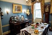 Het Charles Dickens Museum aan de Doughty Street 48 in de Londense wijk Holborn is het voormalige woonhuis van Charles Dickens en is tegenwoordig een museum. Het huis is gebouwd in de georgiaanse stijl en Dickens woonde er van 1837 tot 1839.<br /> <br /> The Charles Dickens Museum at 48 Doughty Street in London's Holborn district is the former home of Charles Dickens and is now a museum. The house was built in the Georgian style and Dickens lived there from 1837 to 1839.