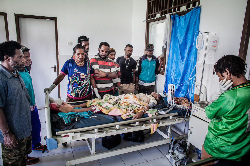Mandisa (25) who is in the late stage of AIDS clings to her life.  Family members hopelessly gather around her, as she lay unconscious at the brink on death.  Doctors did all they could to save her.<br /> <br /> Mandisa (25) who is in the late stage of AIDS clings to her life.  After being sick for many months, Mandisa's family finally brought her to the hospital to get medical treatment.  Due to a lack of experienced health staff, family and friends must stay by her side the entire time.  Her condition suddenly deteriorated overnight and her body went into a state of shock and she lost consciousness.