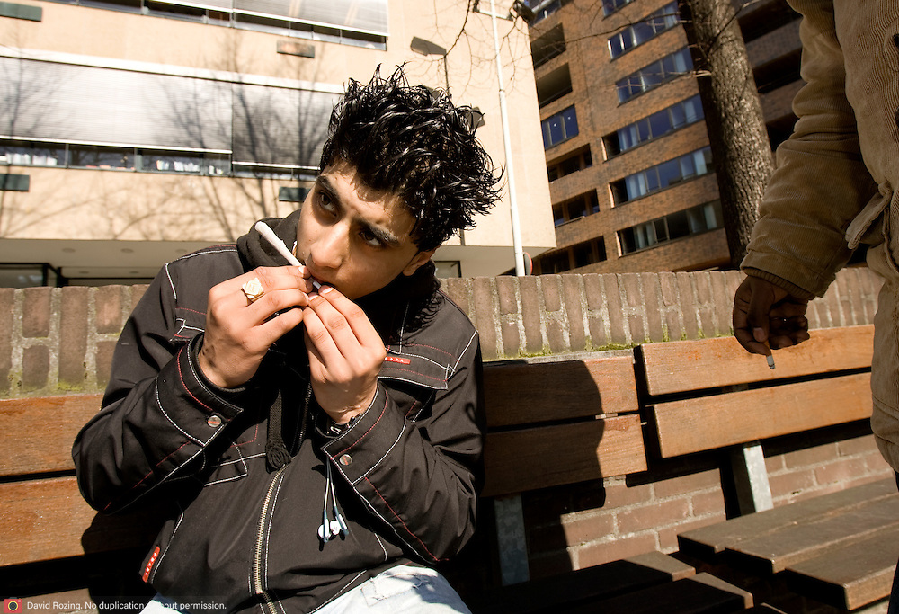 Nederland Rotterdam 12 maart 2007  20070312.Minderjarige allochtone jongen draait blowtje in de openbare buitenruimte..Foto David Rozing