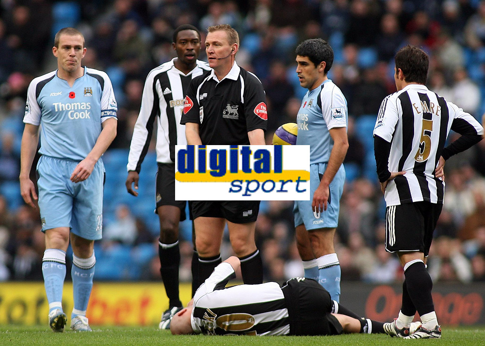 Photo: Paul Thomas.<br /> Manchester City v Newcastle United. The Barclays Premiership. 11/11/2006.<br /> <br /> Referee Graham Poll call on assistance for Newcastle's Antonie Sibierski.