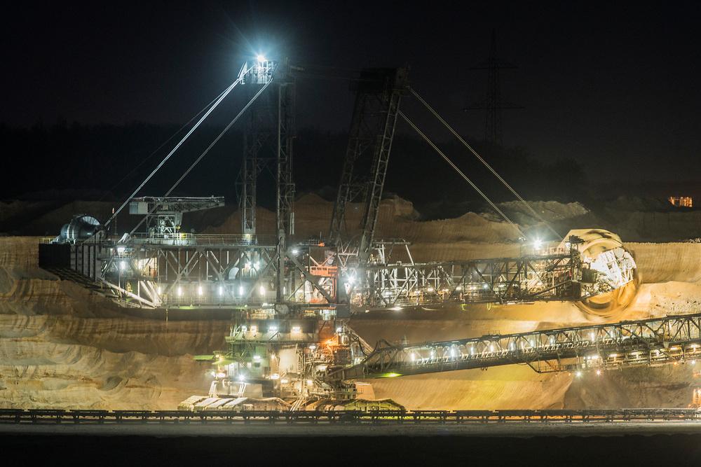 Elsdorf, DEU, 18.03.2020<br /> <br /> Bucket-wheel excavator in the Hambach open-cast lignite mine, night time view.<br /> <br /> Schaufelradbagger im Braunkohletagebau Hambach, Nachtaufnahme.<br /> <br /> © Bernd Lauter/berndlauter.com<br /> <br /> The Hambach open-cast lignite mine operated by RWE Power AG extends in the Rhenish lignite mining area between the Rhein-Erft district and the Dueren district.<br /> <br /> Der von der RWE Power AG betriebene Braunkohletagebau Hambach erstreckt sich im Rheinischen Braunkohlerevier zwischen dem Rhein-Erft-Kreis und dem Kreis Dueren.