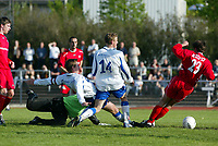 Oslo Øst - Haugesund 1-1 1. juni 2003, Lambertseter. 1. divisjon fotball menn.<br /> <br /> Jostein Grindhaug, Haugesund scorer got Haugesund. Kjetil Rødahl (14 Haugesund) med ryggen i mot. Keeper Oslo Øst, Espen Isaksen klarer ikke avverge. Tom Erik Breive (23 Oslo Øst) klarer ikke avverge.<br /> <br /> (Bildeserie scoring: 3 av 4)<br /> <br /> (Foto: Tomm Hansen / Digitalsport)