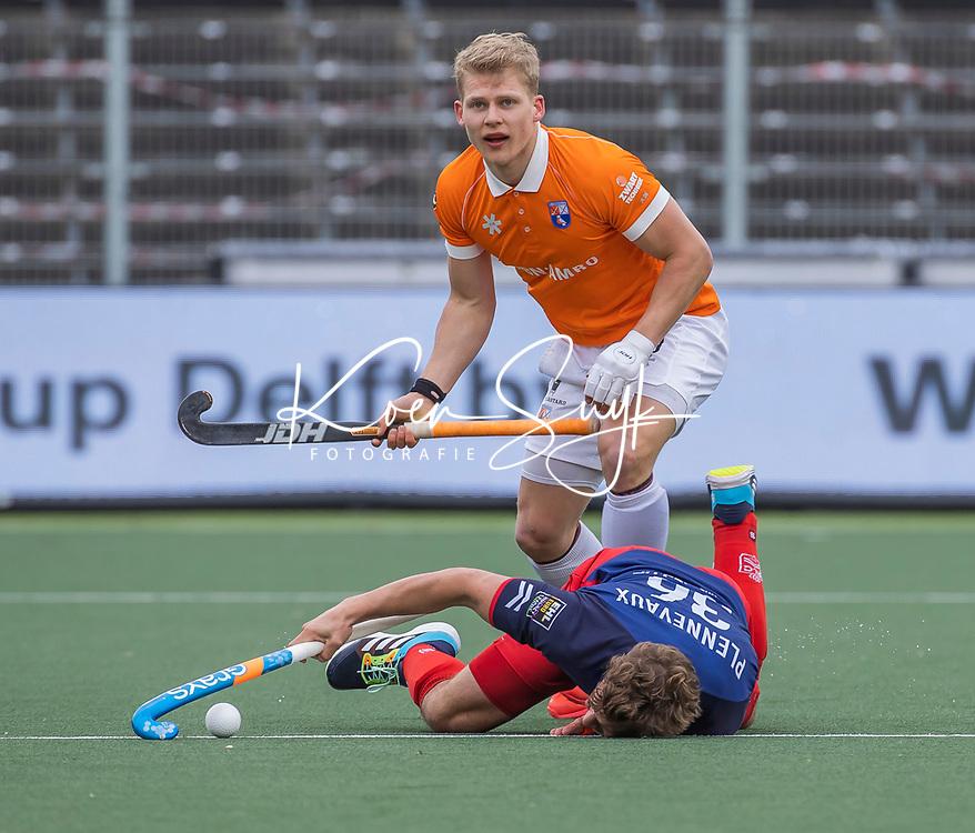 AMSTELVEEN -  Jasper Brinkman (Bldaal) met Maxime Plennevaux (Leopold) tijdens de halve finale wedstrijd mannen EURO HOCKEY LEAGUE (EHL),  HC Bloemendaal- Royal Leopold Club (Bel)(1-1) Bloemendaal wint shoot outs en plaatst zich voor de finale.  COPYRIGHT  KOEN SUYK
