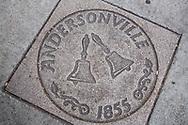 Gatsten på trottoarerna i Andersonville, Chicago, Illinois, USA<br /> <br /> Klockorna på gatstenen symboliserar traditionen som de svenska näringsidkarna startade för att göra huvudgatan finare: klockan 10 varje dag ringde någon i en klocka och då gick alla ut och gjorde rent utanför sina affärer.<br /> <br /> Foto: Christina Sjögren
