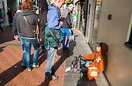 Nederland, Amsterdam, 21 sept 2013<br /> Nieuwendijk op zaterdagmiddag.Jongen maakt praatje met een bedelende jongen op de grond. <br /> Foto(c): Michiel Wijnbergh
