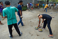 Indonesie. Lombok. Competition de toupie. // Indonesia. Lombok. Spinning top competition.