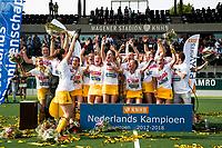 AMSTELVEEN -  Het team van Den Bosch na  de finale van de play-offs om de landtitel in het Wagenerstadion, tussen Amsterdam en Den Bosch (1-4).  links aanvoerder Marloes Keetels. COPYRIGHT  KOEN SUYK