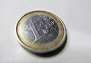Nederland, Ubbergen, 8-2-2012Een munt van een, 1,  euro met  de landen van de monetaire unie erop afgebeeld.Foto: Flip Franssen/Hollandse Hoogte