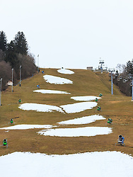 01.01.2015, Garmisch, GER, Skigebiete in Deutschland kämpfen mit Schneemangel, im Bild Schneekanonen und ein Lift vor einer grünen Wiese // snow- making machines and a cablecar sourrounded by green fields. The missing of precipitation in this winter a lot of ski resorts complain about a lack of snow. Wide parts of Europe experience spring like weather and temperatures over the Christmas season, Garmisch, Germany on 2016/01/01. EXPA Pictures © 2016, PhotoCredit: EXPA/ JFK