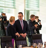 DEU, Deutschland, Germany, Berlin, 07.11.2018: Bundesfamilienministerin Dr. Franziska Giffey (SPD) und Bundesgesundheitsminister Jens Spahn (CDU) vor Beginn der 31. Kabinettsitzung im Bundeskanzleramt.