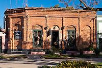 CASA TIPICA EN LADRILLOS EN UNA ESQUINA, AHORA LOCAL DE VENTA DE ARTESANIAS, SAN ANTONIO DE ARECO, PROVINCIA DE BUENOS AIRES, ARGENTINA (PHOTO © MARCO GUOLI - ALL RIGHTS RESERVED)