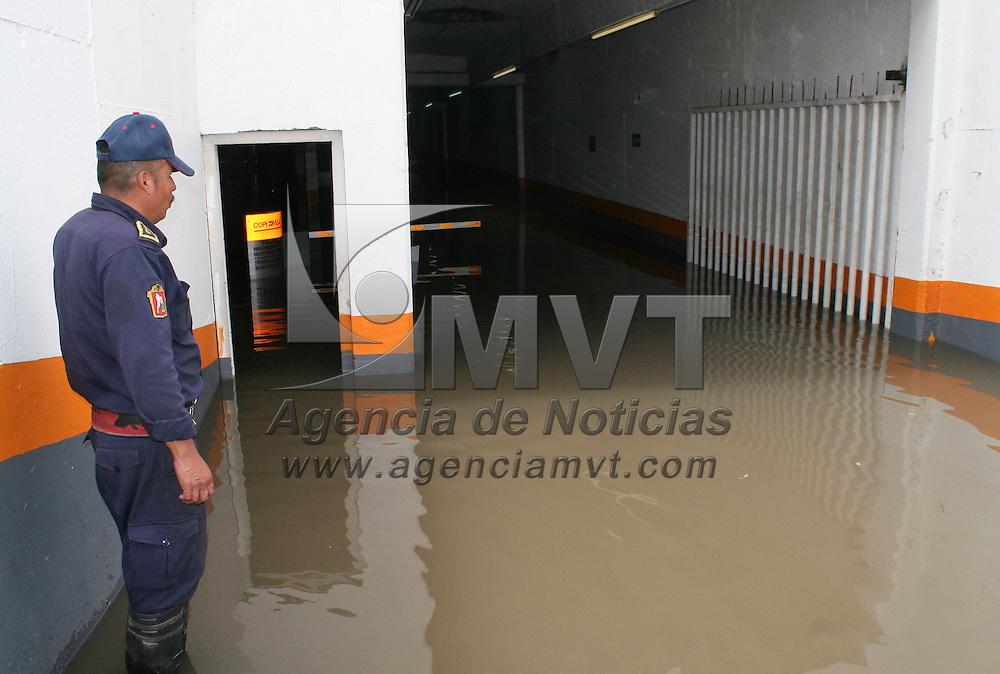 Toluca, México.- El estacionamiento ubicado bajo la Plaza González Arratia  se vio afectado debido la fuerte lluvia que se registro en  Toluca el día de ayer, algunos carros quedaron atrapados en el lugar. Agencia MVT / José Hernández