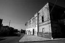 Un'inquadratura laterale di quel che rimane del castello di Lizzano in provincia di Taranto. Di epoca normanna del XVI secolo, il castello restituisce i segni del tempo. Un castello abbandonato, deturpato: sembra quasi che cerchi aiuto. Un tempo residenza di baroni e gente nobile; oggi troviamo invece una pizzeria ed un gommista: ne è passato di tempo!!!