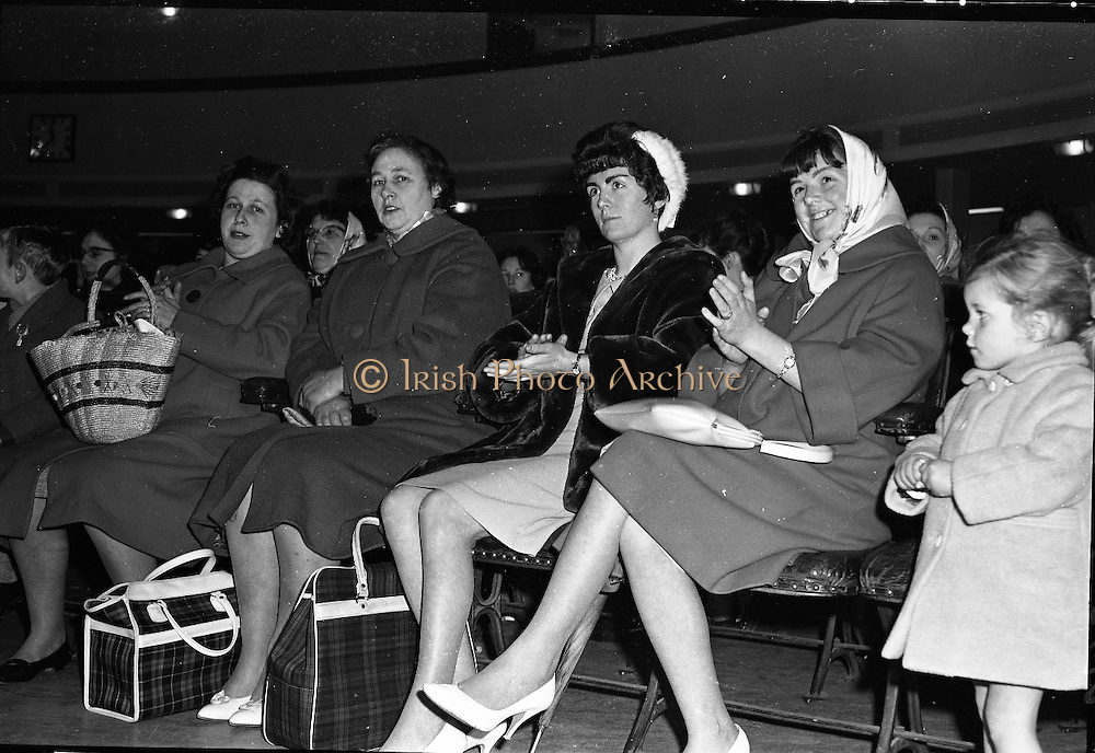 Draw for home for newlyweds, Mansion House.  Anxious faces await the draw..06.04.1962