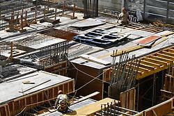 August 29, 2017 - Trabalhadores durante construção de um prédio na Avenida Paulista com a Alameda Campinas, região central de São Paulo (SP), na manhã desta terça-feira  (Credit Image: © FáBio Vieira/Fotoarena via ZUMA Press)
