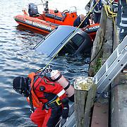 NLD/Huizen/20050512 - Auto te water haven van Huizen Havenstraat..ladder, duiker, boot reddingsbrigade