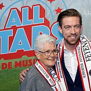 NLD/Rotterdam/20181014 - Iinloop premiere All Stars, Mattie Valk met zijn moeder