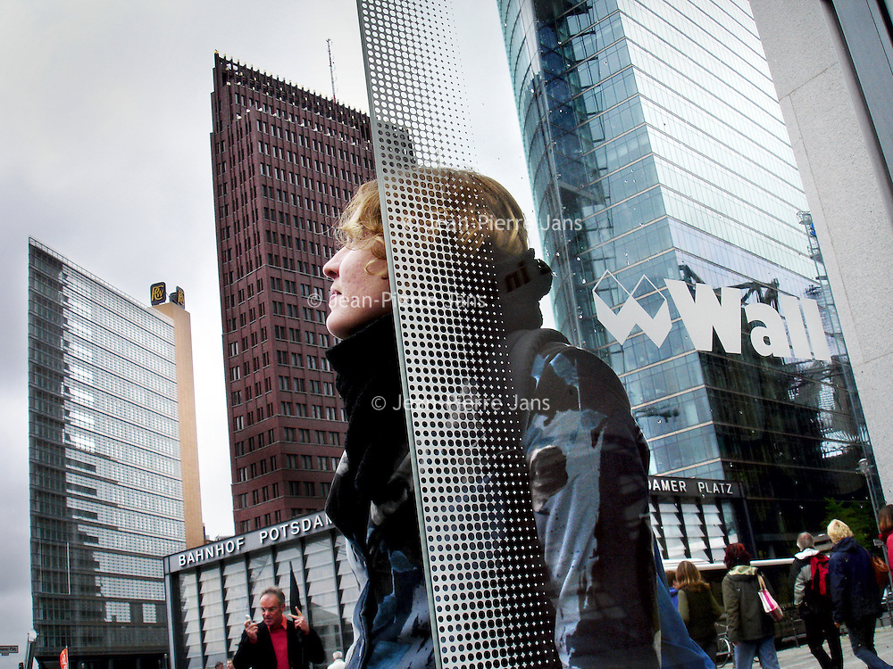 Duitsland.Berlin. 14 mei 2005. .Berlijn (Duits: Berlin) is de hoofdstad van Duitsland en als stadstaat een deelstaat van dat land. Het is een metropool en de grootste stad van het land, met 3.415.742 inwoners. Het is tevens de op één na grootste stad in de Europese Unie..Berlijn geldt in Europa als één van de grootste culturele, politieke en wetenschappelijke centra. De stad is ook bekend vanwege het hoog-ontwikkelde culturele leven (festivals, nachtleven, musea, kunsttentoonstellingen enz.) en de liberale levensstijl, moderne zeitgeist en de lage kosten. Bovendien is Berlijn één van de groenste steden van Europa: 18% van Berlijn bestaat uit natuur en parken en 7% uit meren, rivieren en kanalen..De stad ligt in het noordoosten van het land, aan de rivier de Spree en wordt omsloten door de deelstaat Brandenburg, waarvan ze sinds 1920 geen deel meer uitmaakt..Potsdammer Platz.