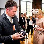Koning en koningin bezoeken Noordrijn-Westfalen. Koning Willem Alexander  en Koningin Maxima  brengen een bezoek aan MMID / Creatieve Industrie Essen<br /> <br /> King and Queen visit North Rhine-Westphalia.<br /> King Willem Alexander and Queen Maxima visit MMID / Creative Industry Essen<br /> <br /> Op de foto / On the photo: <br /> <br />  Koningin Maxima krijgt een rondleiding / Queen Maxima gets a tour