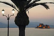 Griekenland, Nafplion, 5-7-2008Avond op de boulevard langs de zee en uitzicht op het Venetiaans fort in de baai. Op de voorgrond een vissersboot.Foto: Flip Franssen