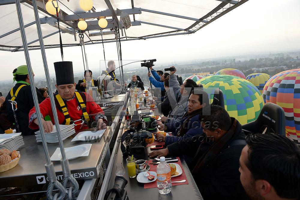 Teotihuacan, Méx.- Desayunar, comer, cenar o incluso tomar un coctel a 45 metros de altura, con una vista panorámica de globos aerostáticos sobrevolando las pirámides de Teotihuacán, será posible a partir del próximo viernes, gracias a la entrada de la franquicia Diner in the Sky  y la participan de las empresas Volare y Hotel Quinto Sol. Agencia MVT / Mario Vazquez de la Torre.