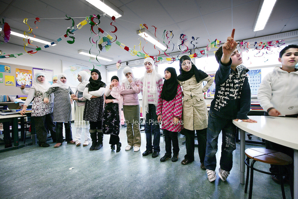 Nederland,Amsterdam ,17 januari 2008.. Leerlingen tijdens het discussie uurtje op de Islamitische Basisschool El Faroeq Omar aan de Sumatraplantsoen..Vandaag gaat de discussie over de omstreden anti -Islam film van PVV leider Geert Wilders.