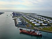 Nederland, Zuid-Holland, Rotterdam, 14-09-2019; Yangtzehaven met Maasvlakte Olie Terminal (MOT), links de drie tanks van Gate terminal. Gate terminal voor dient voor LNG import. De tanker voor de kade vervoert ruw olie.<br /> Yangtzehaven with Maasvlakte Oil Terminal (MOT), including the three tanks of the Gate terminal for LNG import.<br /> <br /> luchtfoto (toeslag op standard tarieven);<br /> aerial photo (additional fee required);<br /> copyright foto/photo Siebe Swart