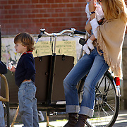 Danielle Overgaag knuffelend met dochter Fiene Joan en zoon Thijmen James